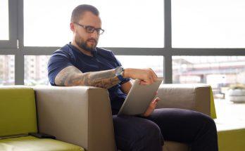 Mag een werkgever tattoos bij het personeel verbieden